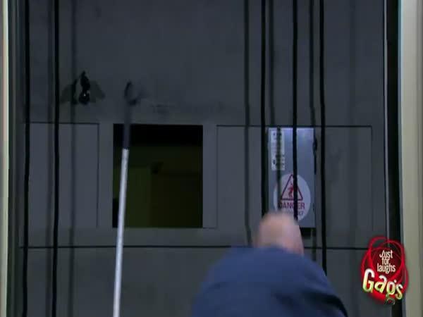 Nachytávka - Slepec vs. výtahová šachta