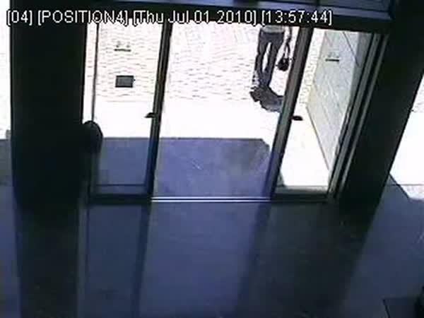 Když žena nechápe automatické dveře