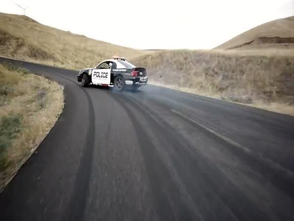 Drift - Policejní Mustang vs. 2 motorkáři