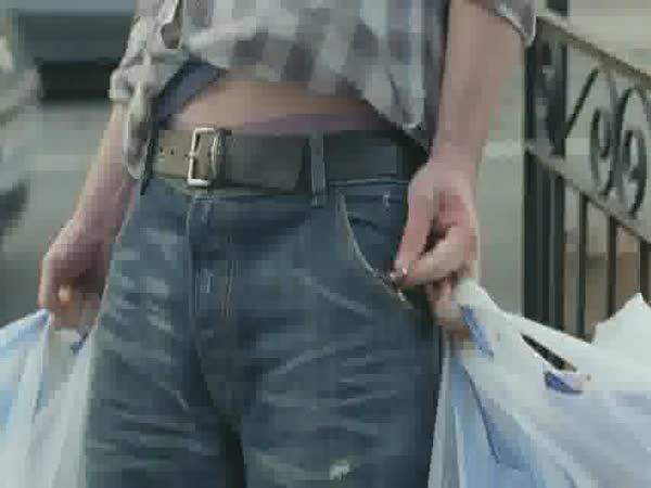 Jak nosí nákup muži