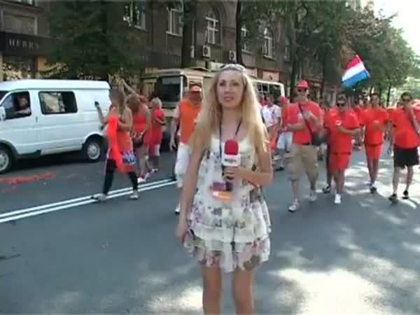 Holandští fanoušci vs. televizní reportérka