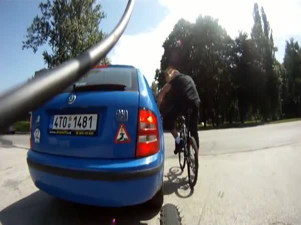 Idioti - Auto s cyklistou