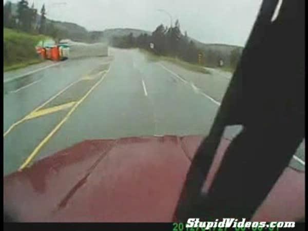 Nehoda kamionu v zatáčce