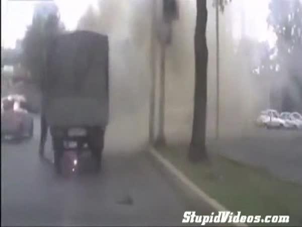 Vznícení auta na křižovatce