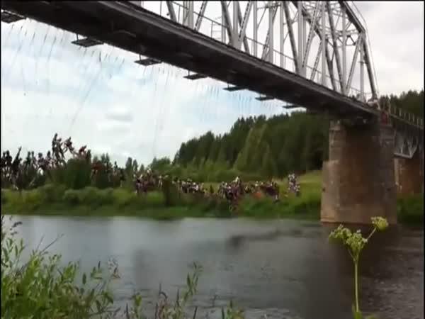 Šílenci - hromadný jump z mostu