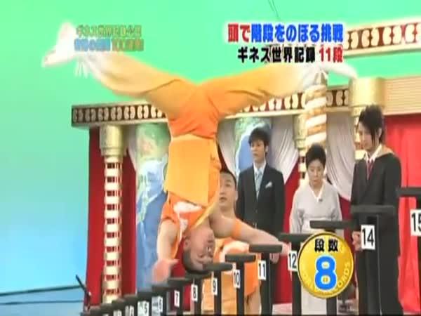 Muž vyskákal schody po hlavě