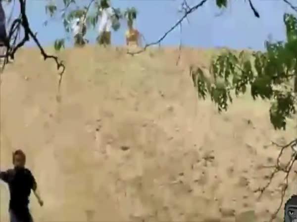 Největší blbci - obličej v písku