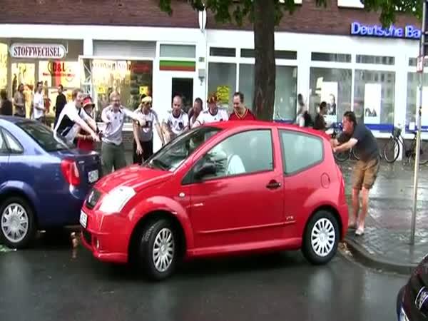 Chlapi fandí ženě při parkování
