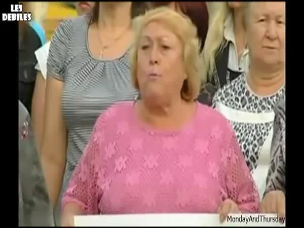 Paní při demonstraci vypadl zub