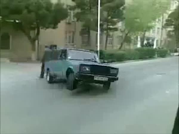 Lada drift a šťastný chodec