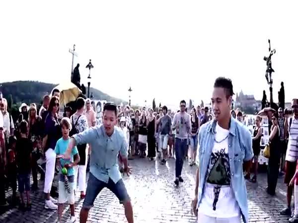 Cool tanečníci na Karlově mostě