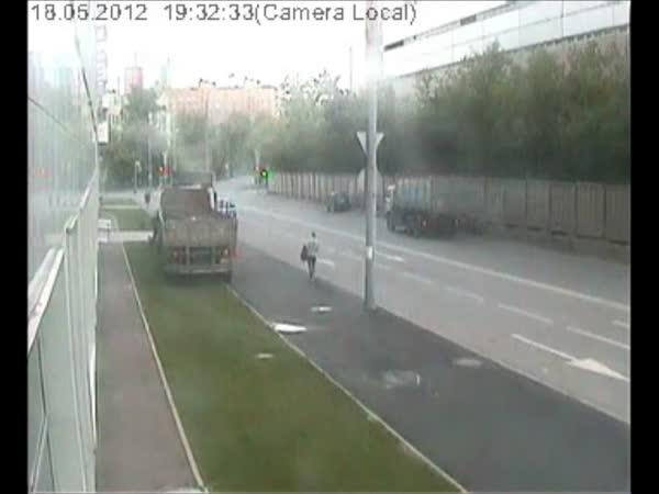Kamión a dva šťastní chodci