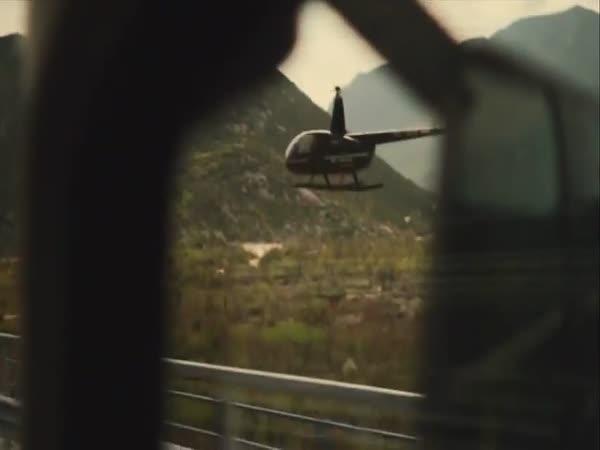 Chůze po laně mezi jedoucími kamiony