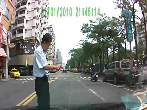 Idiot - podvodník na kapotě