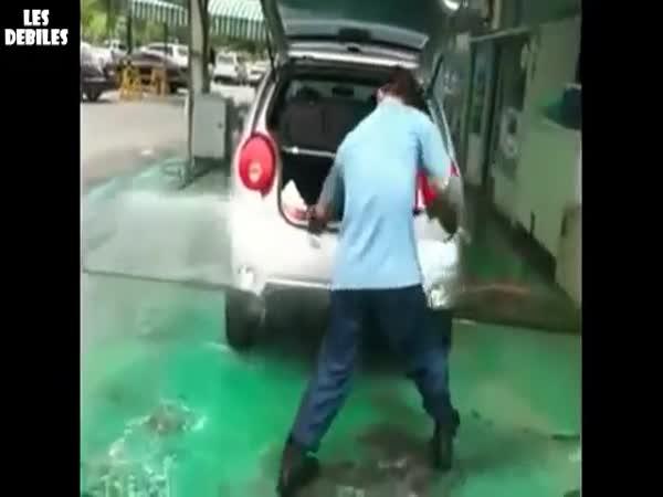 Jak myje auto vapkou borec
