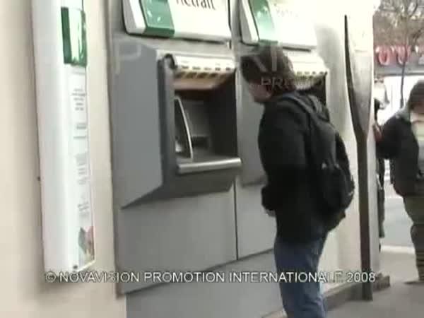 Skrytá kamera - plácnutí po zadku
