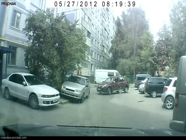 Žena se pokouší zaparkovat