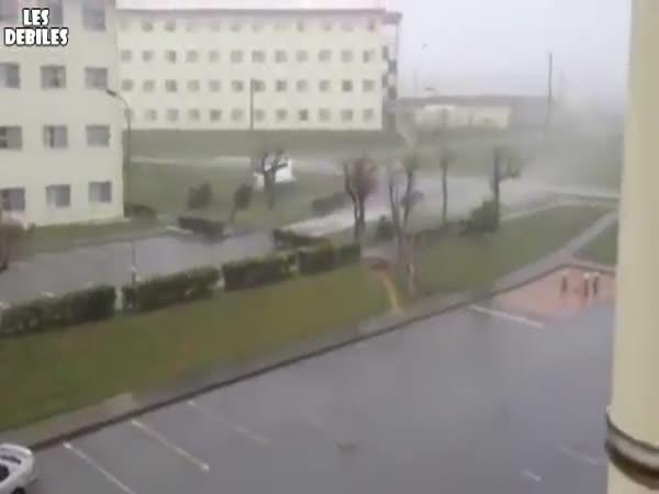 Tornádo vs. automobil