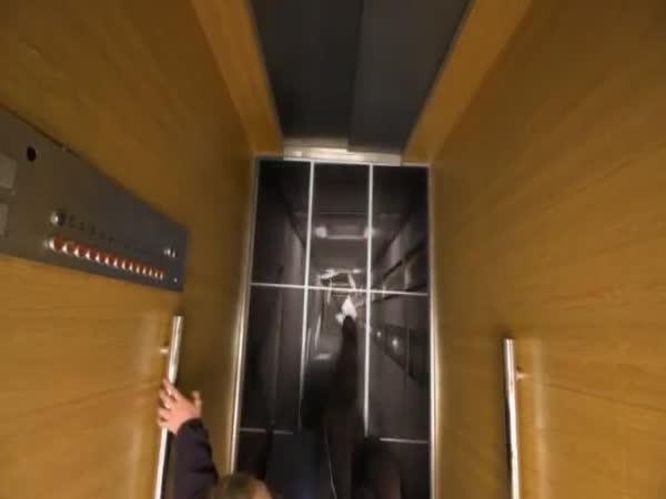 Díra ve výtahu