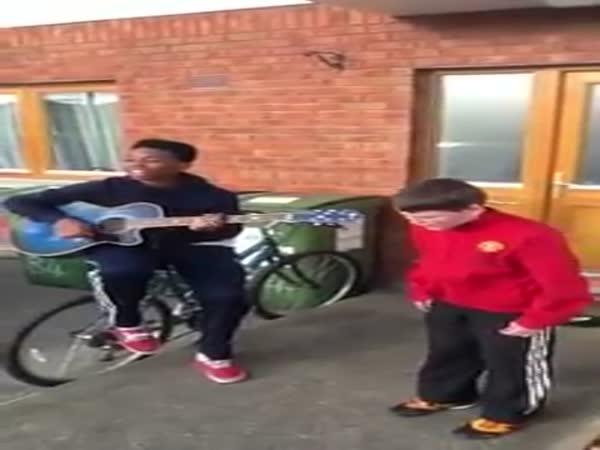 Dva talentovaní kluci zpívají