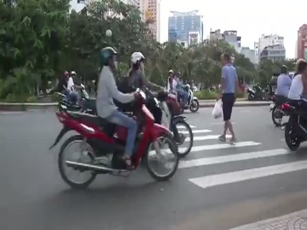 Vietnam - Přecházení silnice