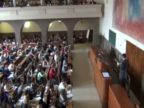Česká republika - Opice na přednášce