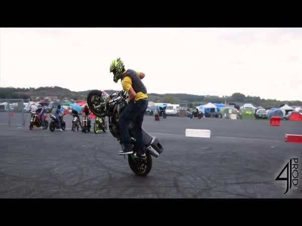 Francoužstí kaskadéři na motorkách