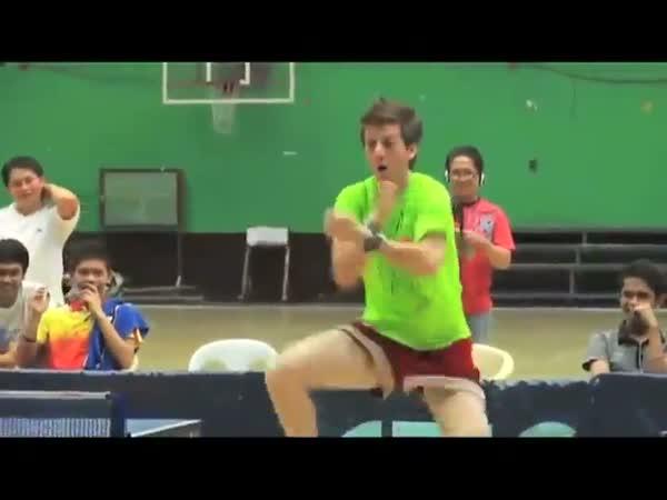 Nadšený hráč ping pongu