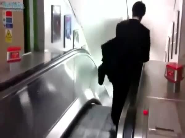 Opilec vs. eskalátory