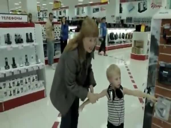 Matka nezvládá své zlobivé dítě