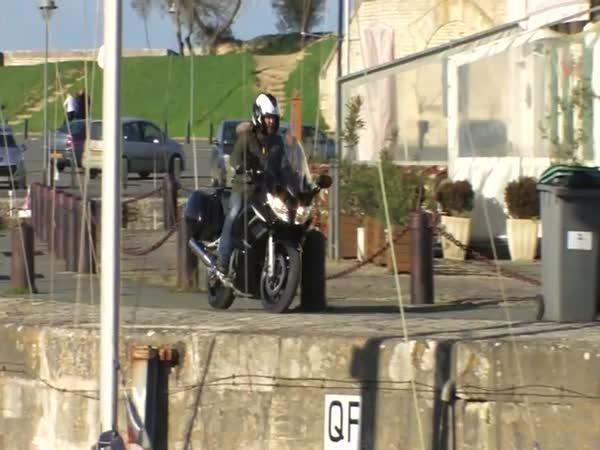 Blbec s motorkou na molu