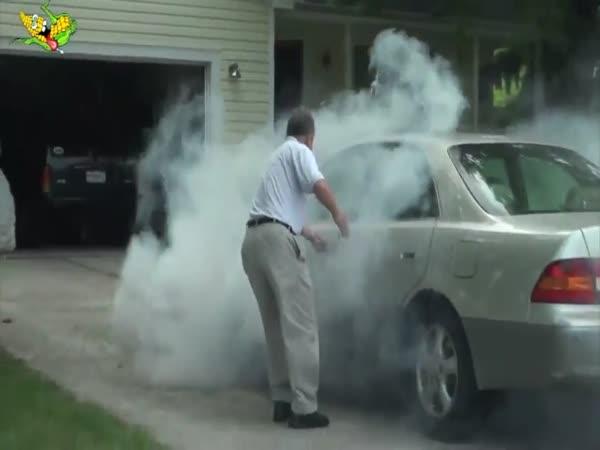 Vtípek - Dýmovnice pod autem