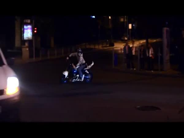 Půlnoční kaskadér na motorce