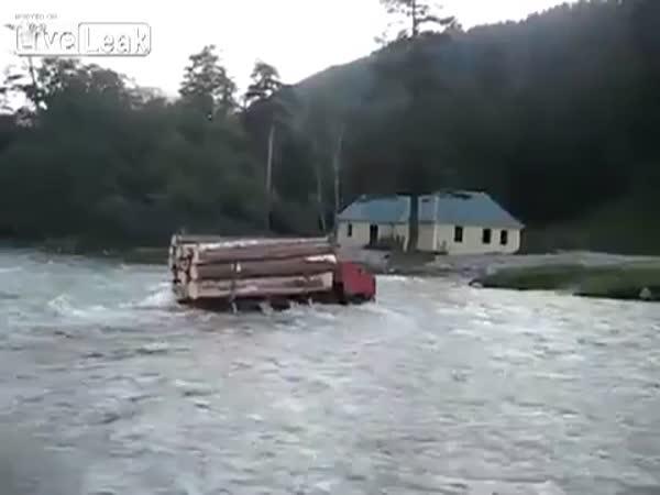 Ruský náklaďák vs. Řeka