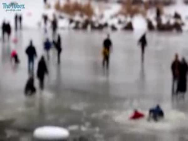 Zachranáři pod ledem