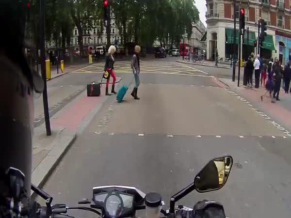 Strašení lidí motorkou