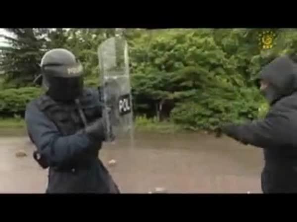 Co vydrží policejní štít