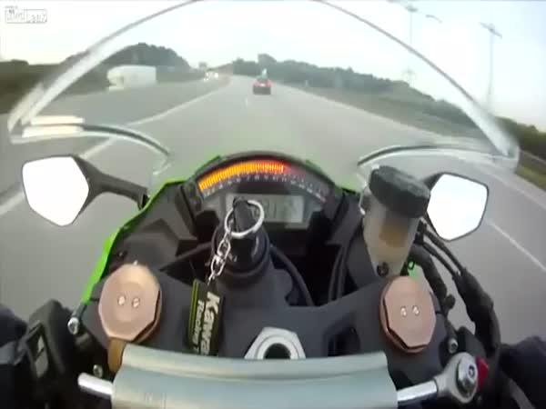 Motorka vs auto - honička na dálnici