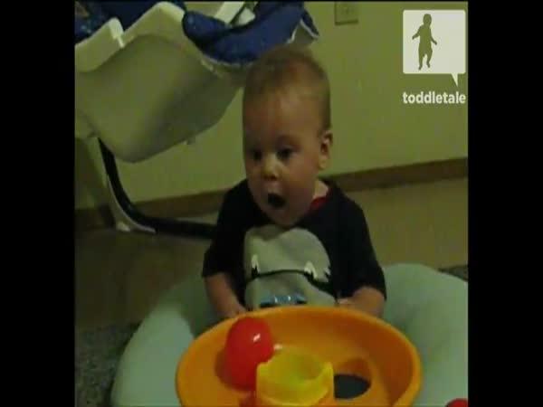 Dítě se děsí nové hračky