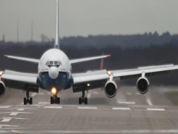 Přistavací dráha a ruské letadlo