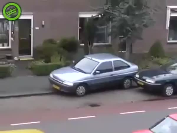 Žena parkuje auto