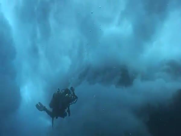 Potápěč spolknut mořem