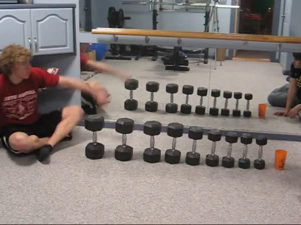 Neuvěřitelné triky s pingpongovými míčky