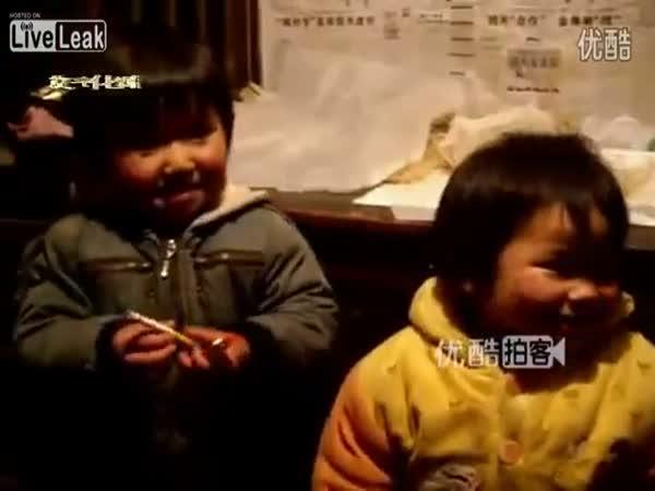Tříleté dítě kouří