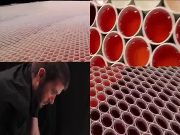 Obrazec z plastových kelímků