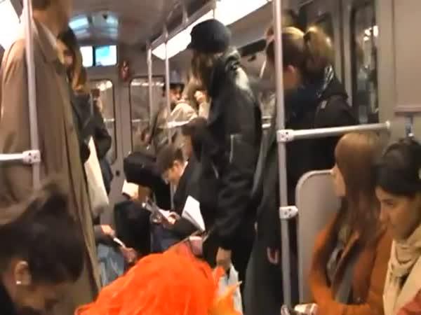 Davový záchvat smíchu v metru