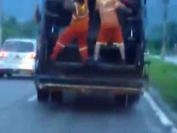 Tancující brazilští popeláři