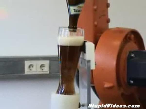 Robotická ruka nalévá pivo