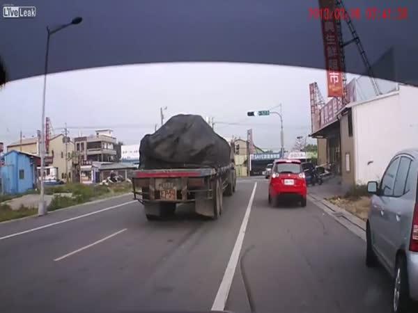 Frajeřinka při předjíždění auta