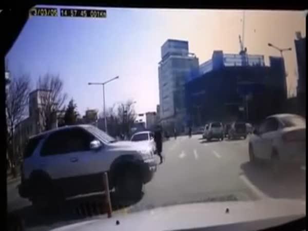 Ženská honí své couvající auto